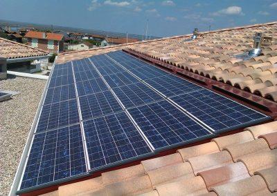 Photo - Panneaux photovoltaïques de production d'électricité sur toiture