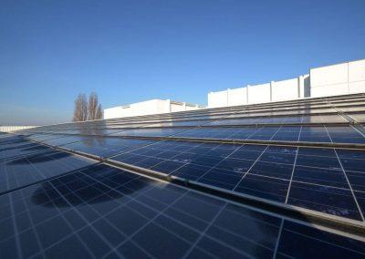 Photo - Panneaux photovoltaïques de production d'électricité sur toiture.